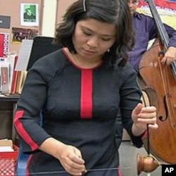 Vietnamese musician demonstrates Bau at a California high school