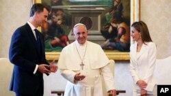 Durante la reunión con el papa Francisco, Felipe VI le explicó los cambios en la monarquía española y le invitó a visitar España.