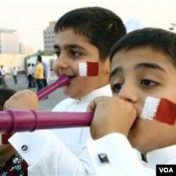 Anak-anak Qatar meniup vuvuzela untuk merayakan terpilihnya Qatar sebagai tuan rumah Piala Dunia 2022.