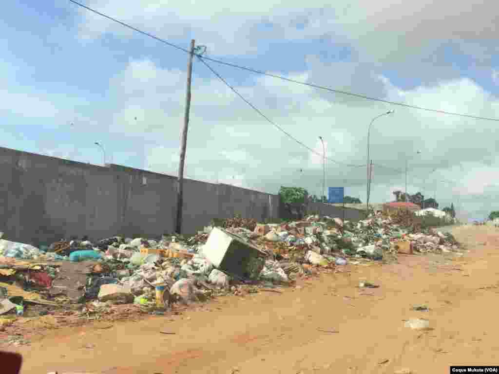 Lixo na Sétima Avenida do Cazenga em Luanda