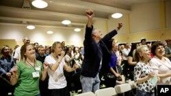 Učesnici pevaju pesme na Nedeljnom skupu - saboru ateista - u Los Andjelesu, 10. novembra 2013.