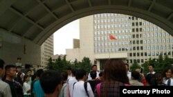 2016年6月14日,众多维权患者聚集北京武警总部大门口请愿,要求赔偿和退还医疗款。(维权患者提供图片)
