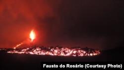 As chamas do vulcão em erupção na ilha cabo-verdiana do Fogo, pintam os céus de vermelho. 23 Novembro 2014