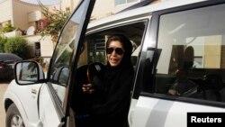Azza Al Shmasani après avoir conduit son véhicule dans un défi aux autorités saoudiennes, à Ryad, le 2 juin 2011.