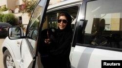 Chị Azza Al Shmasani từng lái xe ở Riyadh hồi năm 2011, thách thức lệnh cấm phụ nữ lái xe