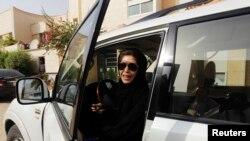 Azza Al Shmasani aingia ndani ya gari lake kukaidi marufuku ya kuendesha gari mjini Riyadh