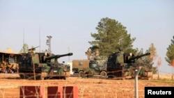 Pháo binh của Quân đội Thổ Nhĩ Kỳ tại căn cứ quân sự trên biên giới Thổ Nhĩ Kỳ-Syria gần thị trấn Suruç, trong tỉnh Sanliurfa.
