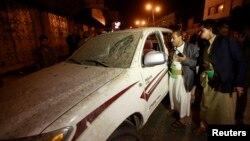 Polisi memeriksa mobil yang rusak di lokasi ledakan dekat rumah mantan presiden Yaman Ali Abdullah Saleh, tak jauh dari Kedutaan Besar Perancis di Sana'a (3/2). (Reuters/Mohamed al-Sayaghi)