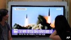 Người dân Hàn Quốc theo dõi chương trình tin tức truyền hình cho thấy các vụ thử nghiệm phóng tên lửa của Bắc Triều Tiên, Seoul, ngày 26/6/2014.