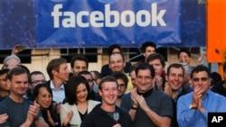 Pendiri Facebook, pemimpin perusahaan dan CEO, Mark Zuckerberg (tengah) saat menekan tombol pembukaan lantai bursa Nasdaq yang menandai IPO perusahaan tersebut, dari markas besar Facebook di Menlo Park, California, 18 Mei 2012 (Foto: dok).