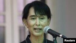 Burmese ro-democracy leader Aung San Suu Kyi talks to reporters in Rangoon, April 26, 2012.