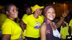Des femmes célèbrent la victoire du président Alpha Condé à l'élection présidentielle du 11 octobre 2015 à Conakry, Guinée. (AP Photo/Youssouf Bah)