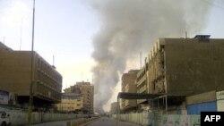Khói bốc lên từ chợ Shorja sau vụ tấn công ở Baghdad, Iraq, 06/11/2011