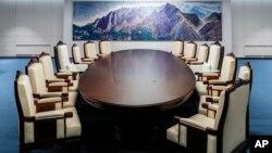 這間位於板門店南韓一側和平之家內的會議室將是4月27日舉行歷史性韓南北峰會的房間。 (2018年4月25日南韓總統府青瓦台提供)