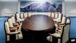 Bàn họp trong Phòng Hội nghị Hòa Bình, Bàn Môn Điếm.