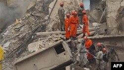 Nhân viên cứu hộ Brazil mang thi hài nạn nhân ra khỏi đống gạch đá đổ nát sau khi một tòa nhà nhiều tầng ở Rio de Janeiro bị sụp đổ