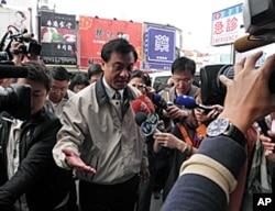 民进党秘书长苏嘉全代表蔡英文前往医院探视受伤警员