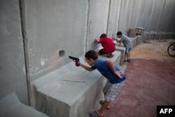 İsrailli uşaqlar oyuncaq silahla oynayır