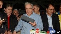 សមាជិកព្រឹទ្ធសភាគណបក្សប្រឆាំងនិងអតីតប្រធានាធិបតី លោក Alvaro Uribe អានសេចក្តីថ្លែងមួយនៅឯគេហដ្ឋានរបស់លោក នៅទីក្រុង Rionegro ប្រទេសកូឡុំប៊ីកាលពី ថ្ងៃទី២ តុលា ២០១៦។