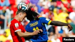 Switzerland's Steve von Bergen fights for the ball with Ecuador's Felipe Caicedo (R) during their 2014 World Cup Group E soccer match at the Brasilia national stadium in Brasilia, June 15, 2014.