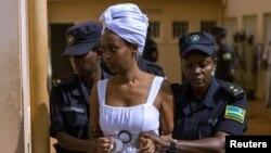 Diane Rwigara escortée par des policiers dans une salle d'audience à Kigali, au Rwanda, le 11 octobre 2017.