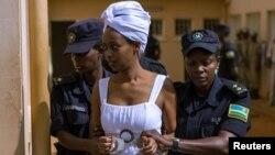 Diane Shima Rwigara escortée par des policières dans une salle d'audience à Kigali, au Rwanda, le 11 octobre 2017.