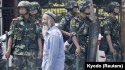 Polisi China berjaga di dekat bazar internasional di Urumqi, Wilayah Otonomi Xinjiang Uighur, 29 Juni 2013. (Foto: Kyodo via Reuters)
