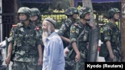 中國武警2013年6月29日在新疆烏魯木齊市街頭(日本共同社)