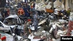 Binh sĩ Libăng và các nhân viên an ninh giữa những đống đổ nát sau vụ nổ gây chết người ở huyện Ashrafiyeh, trung tâm Beirut, 19/10/2012