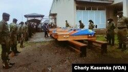 Babateli ya parc mpe basoda bapesi losako na baninga ba bango mpe bandeko basusu bakufaki na bobomami bwa basimba minduki na par ya Virunga, na Goma, Nord-Kivu, 27 avril 2020. (VOA/Charly Kasereka)