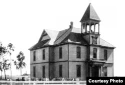Trường học Bolsa School xây năm 1888, toạ lạc ở chỗ hiện nay là góc Bolsa và Brookhurst, không rõ năm chụp. Hình courtesy Orange County Archives.