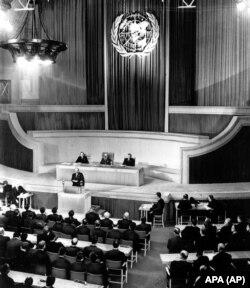 BMT Baş Assambleyasının ilk sessiyasının ümumi görüntüsü. Həmin sessiya 10 yanvar, 1946-cı ildə Londonda keçirilib. Açılış nitqində Britaniyanın baş naziri Klement Ettli növbəti müharibənin bəşəriyyətə son qoyacağını xəbərdarlıq edib.