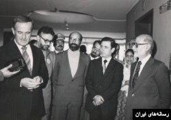 ابراهیم یزدی در کنار مهدی بازرگان و مصطفی چمران در کنار حافظ اسد رئیس جمهوری سوریه