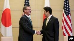 일본을 방문 중인 애슈턴 카터 미 국방장관(왼쪽)이 6일 도쿄 총리 관저에서 아베 신조 총리와 회담을 시작하며 악수하고 있다.