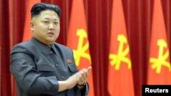 북한 김정은 국방위원회 제1위원장이 지난달 26일 열린 '인민군 수산부문 열성자회의'에서 박수를 치고 있다.