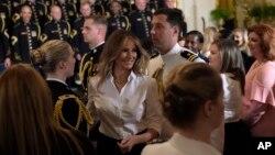 El presidente de Estados Unidos Donald Trump y la primera dama Melania Trump durante un evento en la Casa Blanca en honor de madres de efectivos militares. Mayo 12 de 2017.