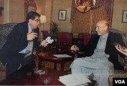 آقای ایازی در هنگام مصاحبه با حامد کرزی، رئیس جمهوری سابق افغانستان