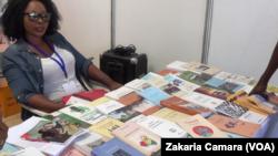 Une vendeuse de livre chez l'Harmattan à Conakry, Guinée, 9 juin 2016. (VOA/Zakaria Camara)