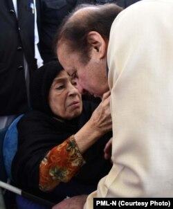 نواز شریف جیل روانگی سے قبل اپنی والدہ سے مل رہے ہیں۔