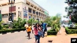 Personas cuando escapaban del centro comercial en Nairobi después de que los terroristas abrieron fuego contra la multitud.
