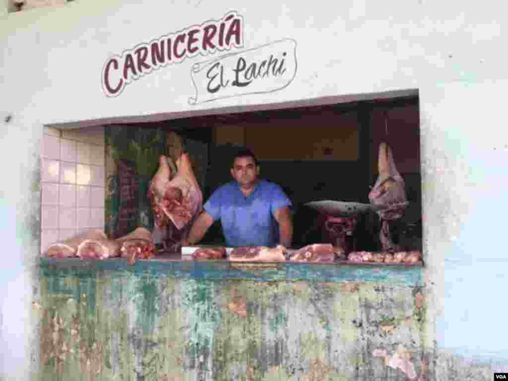 """El Pachi"" has a butcher shop next to the new U.S. Embassy in Havana, where the U.S. flag-raising ceremony was to occur. But, the day was business as usual for him at his ""Carnicería,"" Aug. 14, 2015. (Celia Mendoza/VOA)"