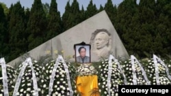 2017年4月15日,李昭骨灰葬于其夫胡耀邦墓旁。(钱江拍摄)