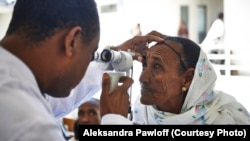 Dokter mata Ethiopia Dr. Tilahun Kiros memeriksa mata seorang pasien di Rumah Sakit Mata Quiha di Mekelle, Ethiopia.