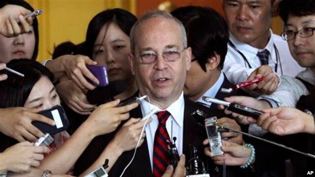 Trợ lý Bộ trưởng Ngoại giao phụ trách các vấn đề Đông Á và Thái Bình Dương Danny Russel nói bất cứ tuyên bố chủ quyền vùng biển nào của Trung Quốc không căn cứ vào đất liền đều không phù hợp với luật pháp quốc tế.