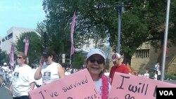 Baru-baru ini di Washington, digelar sebuah reli untuk meningkatkan kesadaran akan bahaya kanker payudara. Wanita yang sedang diwawancara ini adalah salah seorang mantan pasien kanker payudara.