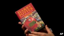 "Edisi pertama buku Harry Potter berjudul ""Harry Potter and the Philosopher's Stone."""