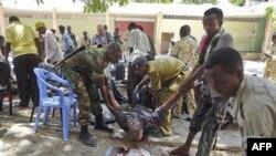 Krvavo poprište današnjeg samoubilačkog bombaškog napada ekstremističke grupe al-Šabab u glavnom gradu Somalije, 4. april, 2012.