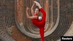 L'athlète de gymnastique rythmique britannique, Hannah Martin, lors d'une formation au viaduc de la vallée d'Ouse, Sussex, Grande-Bretagne, 29 juin 2020.