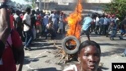 Quema de llantas en Puerto Príncipe en protesta contra la corrupción en Haití.
