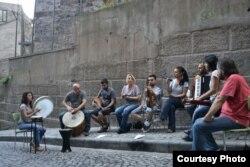 Kardeş Türküler rehearsing a song outside their studio in Istanbul, Turkey. (Osseily Hanna)